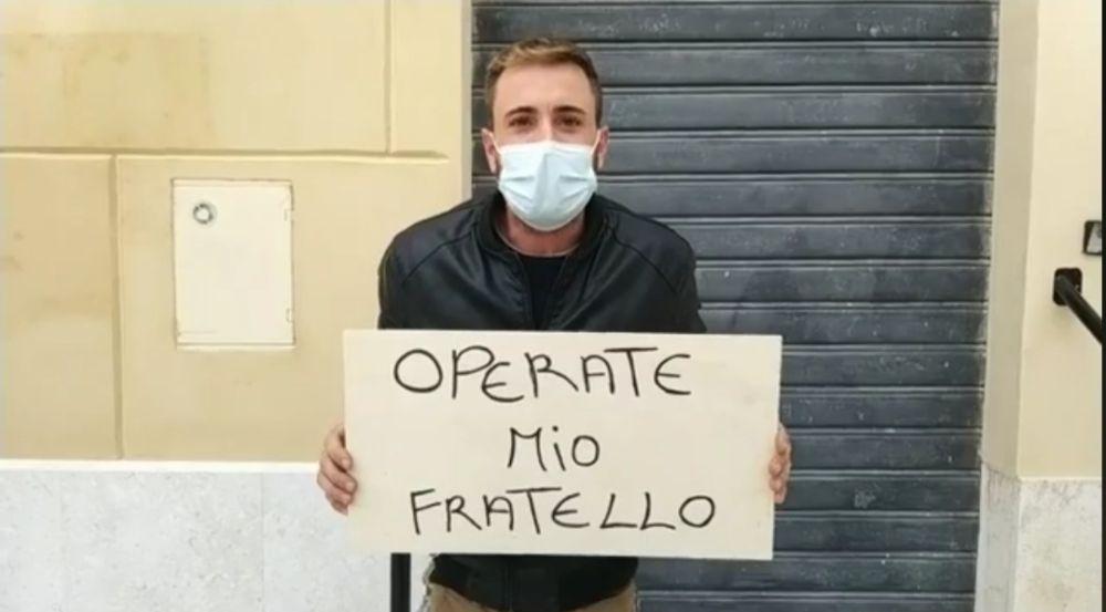 Mazara. Uomo incantenato in piazza della Repubblica protesta per la mancata operazione chirurgica al fratello afflitto da tumore