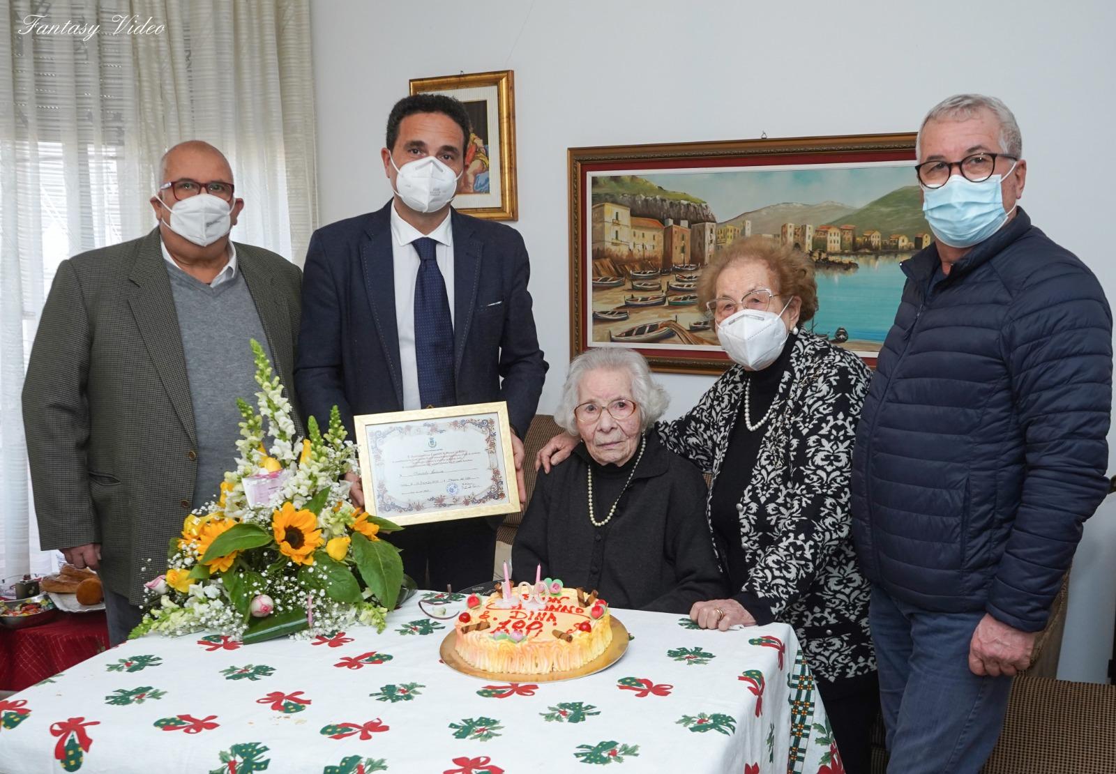 Mazara. Pergamena per la neo centenaria Leonarda Mirasolo