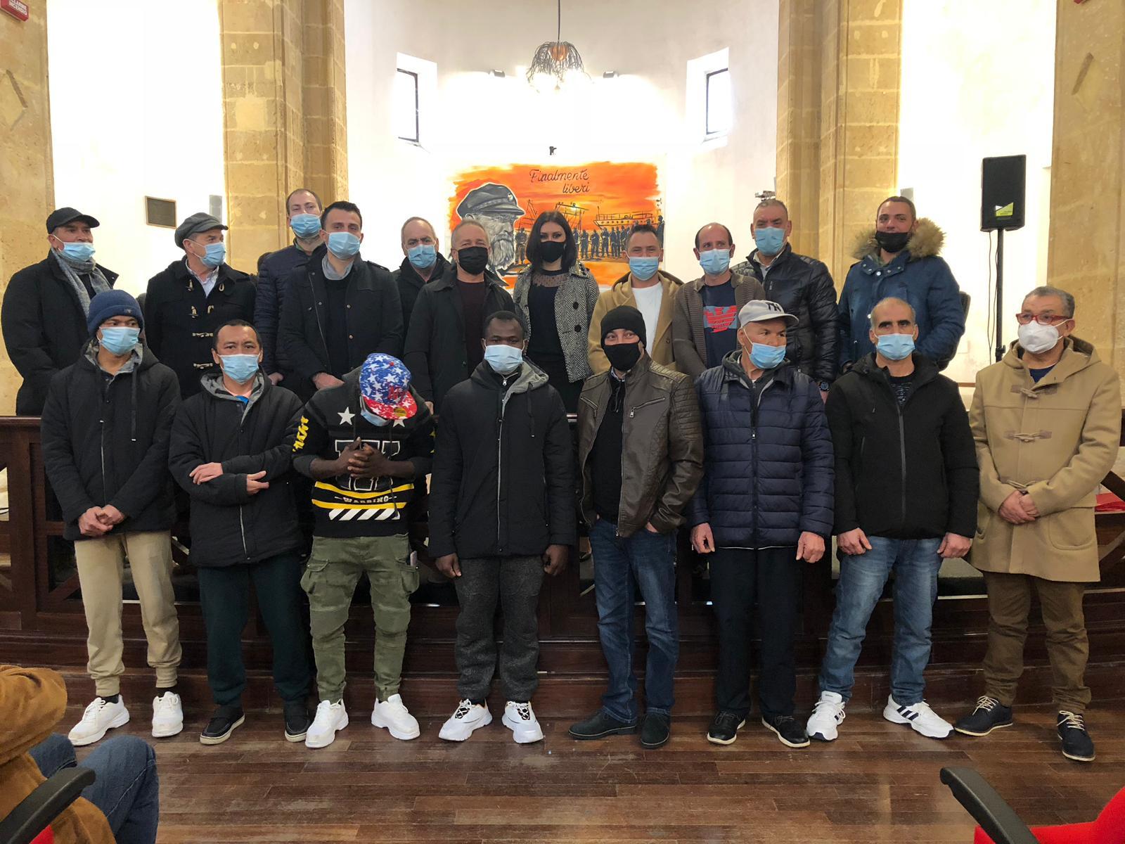 L'artista mazarese Manuela Marascia incontra i 18 pescatori e consegna l'opera