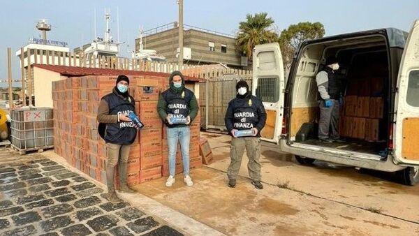 Mazara, inseguimento in mare per bloccare un carico di sigarette. Nove Arresti