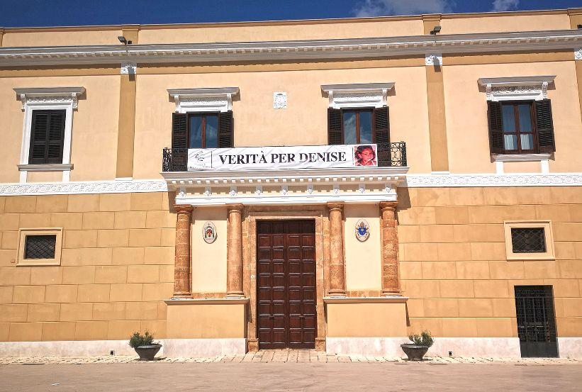 'VERITÀ PER DENISE', STRISCIONE AL PALAZZO VESCOVILE DI MAZARA