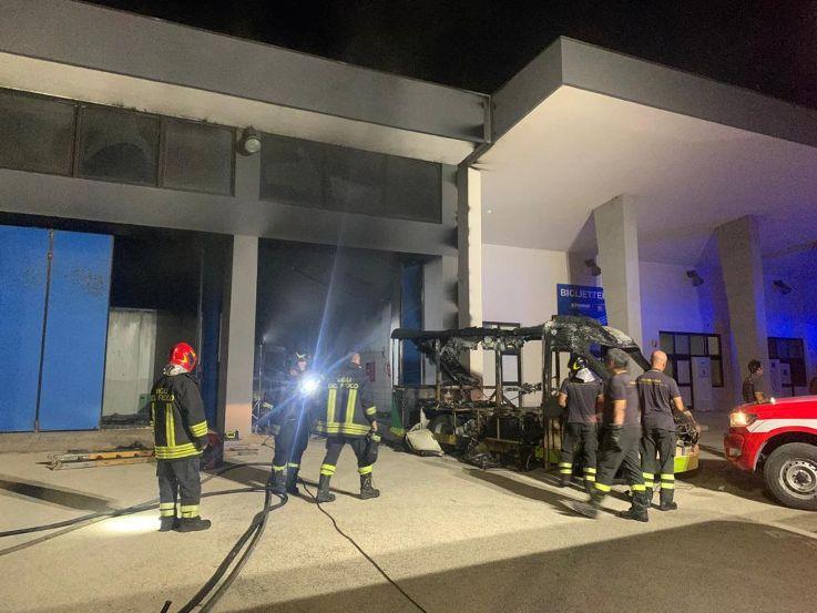 Mazara. Incendio distrugge il trenino elettrico gommato